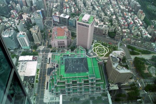 道路を挟んですぐ横に世界貿易センターが見える。緑色の変わった形のたてものがそれ。