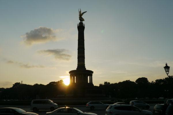 夕日を背にする戦勝記念塔